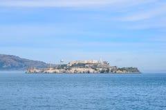 Горизонт Алькатраса конца-Вверх от Сан-Франциско на солнечный день стоковое фото rf