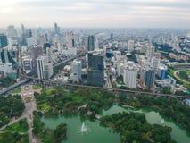 Горизонт Бангкока с зеленым заходом солнца парка Стоковое фото RF