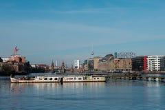 Горизонт Берлина от оживления реки с руинами корабля, мостом Oberbaum и башней ТВ стоковые изображения