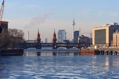 Горизонт Берлина во время зимы, kreuberg, башни ТВ, моста oberbaum Стоковые Фото
