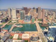 Горизонт Бостона, Массачусетса сверху трутнем во время лета стоковые фото