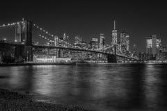 Горизонт Бруклинского моста и Манхэттена вечером, от DUMBO, Бруклин, Нью-Йорк стоковые изображения rf