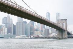 Горизонт Бруклинского моста и Манхэттена, увиденный от DUMBO, Бруклин, Нью-Йорк стоковые изображения