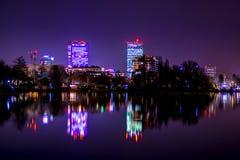 Горизонт Бухареста, света города Бухареста, небоскребы отражая, город освещает на ноче стоковое изображение rf