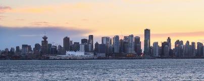Горизонт Ванкувера городской с заходом солнца стоковые фотографии rf