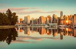 Горизонт Ванкувера с парком Стэнли на заходе солнца, Британская Колумбия, стоковые изображения