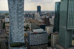 Горизонт Варшавы с организациями бизнеса и увиденным небоскребами f стоковое фото rf