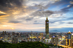 Горизонт вечера Тайбэя, Тайваня стоковая фотография rf