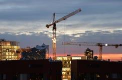 Горизонт Гамбурга к ноча Краны конструкции и здание Philarmonie Стоковые Изображения RF