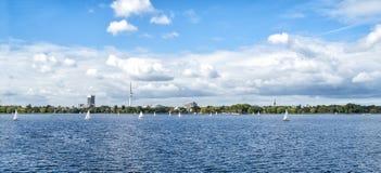 Горизонт Гамбурга Alster с башней ТВ на горизонте и парусных суднах на воде - панорамном взгляде стоковая фотография rf