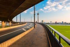 Горизонт Германии sseldorf ¼ DÃ как увидено от пандуса моста через Рейн стоковое изображение rf