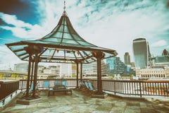 Горизонт города Лондона с отражениями реки, Великобритании Стоковая Фотография RF