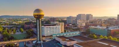 Горизонт города Ноксвилла с известной сферой Солнця показал выпускной вечер Стоковое Фото