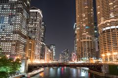 Горизонт города ночи Чикаго стоковые фотографии rf