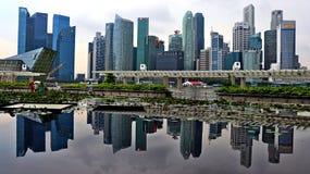 Горизонт города Сингапура с отражением собственной личности стоковое изображение rf