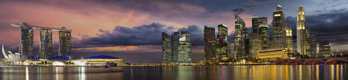 Горизонт города Сингапур на панораме захода солнца
