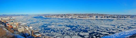Горизонт города Levis и Река Святого Лаврентия, Квебек, Канада стоковые изображения