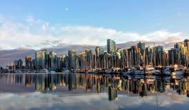 Горизонт города Ванкувера на заходе солнца с отражением Стоковые Изображения