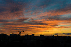 Горизонт города во время золотого часа Силуэты конструкции Стоковая Фотография