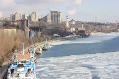 Горизонт города на реке зимы стоковые изображения rf