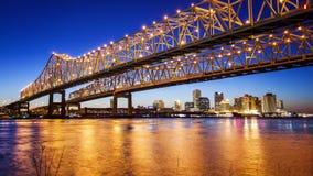 Горизонт города Нового Орлеана & мост соединения города полумесяца на n Стоковое Изображение