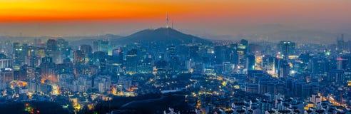 Горизонт города Сеула и башня n Сеула в Сеуле, Южной Корее Стоковое фото RF