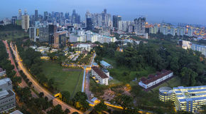 Горизонт Сингапура с центральной скоростной дорогой на сумраке Стоковая Фотография RF