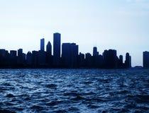 Горизонт города Чiкаго городской урбанский на сумраке с небоскребами над озером Мичиганом с ясным голубым небом Стоковое Изображение