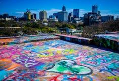Горизонт городского пейзажа Остина Техаса от вершины граффити в сердцах Остина мы любим вас Bernie Стоковое фото RF