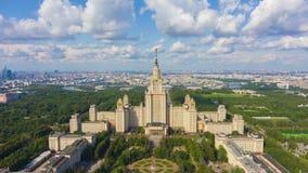 Горизонт государственного университета и города Москвы на солнечном дне E r акции видеоматериалы