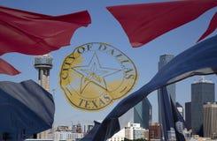 Горизонт Далласа и развевая флаг города Стоковое Изображение RF