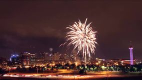Горизонт Денвера на ноче с фейерверками 4-ого июля 2016 в Колорадо, США видеоматериал