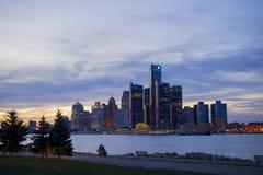 Горизонт Детройта с миром размещает штаб для General Motors c Стоковые Фотографии RF