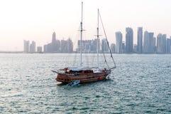 Горизонт Дохи, западного залива, Дохи, Катара Стоковые Фотографии RF