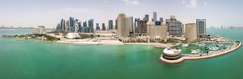 Горизонт Дохи, Катара Современный богатый ближневосточный город небоскребов, вид с воздуха в хорошей погоде, взгляде Марины, зали стоковое изображение