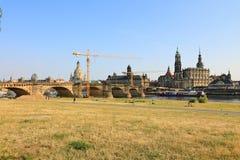 Горизонт Дрездена и мост Augustus на Эльбе увиденной от парка Königsufer, Дрездена, Саксонии Sachsen, Германии Deutschland стоковые изображения