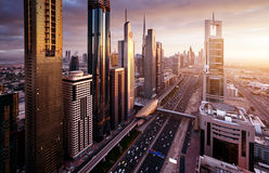 Горизонт Дубай во времени захода солнца стоковые фотографии rf