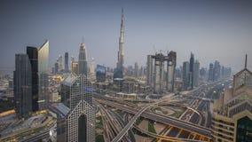 Горизонт Дубай во время захода солнца с изумительными светами центра города и дорожным движением ОАЭ сток-видео