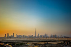 Горизонт Дубай на заходе солнца