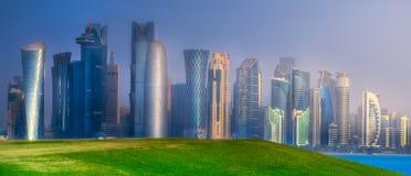Горизонт западного залива и каменистого банка Дохи, Катара Стоковая Фотография RF