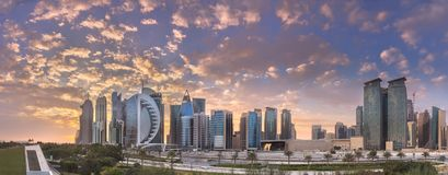 Горизонт западных залива и центра города Дохи, Катара стоковые фотографии rf