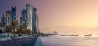 Горизонт западных залива и центра города Дохи, Катара Стоковые Фото