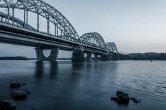 Горизонт захода солнца и ландшафт моста над рекой город здания выравнивая высокий подъем moscow Стоковая Фотография