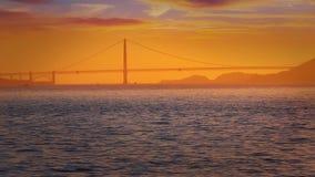 Горизонт захода солнца Сан-Франциско в Калифорнии с отражением в воде залива акции видеоматериалы