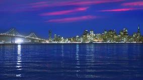 Горизонт захода солнца Сан-Франциско в Калифорнии с отражением в воде залива видеоматериал
