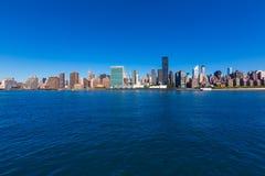 Горизонт Ист-Ривер NYC Манхаттана Нью-Йорка солнечный Стоковая Фотография RF