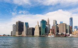 Горизонт и Ист-Ривер Нью-Йорка под голубым небом Стоковая Фотография