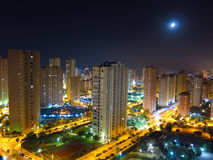 Горизонт и луна города ночи Стоковое фото RF