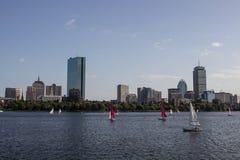 Горизонт и парусники Бостона вдоль Рекы Charles Стоковые Изображения