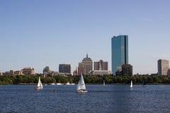 Горизонт и парусники Бостона вдоль Рекы Charles Стоковые Изображения RF